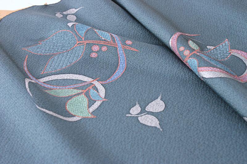 梅に鹿の子柄濃い鼠茶小紋  拡大表示します