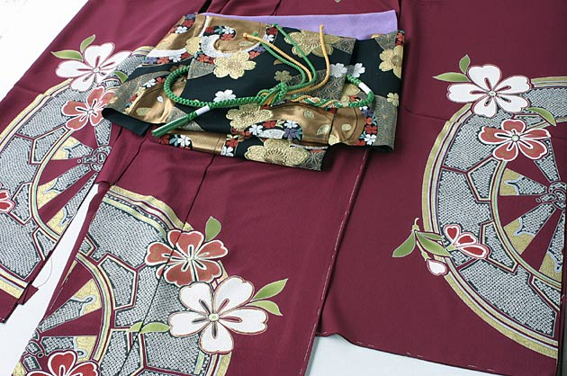 葡萄色手描き古典柄振袖と帯〈少々難あり〉・帯〆・帯揚げ・重ね衿